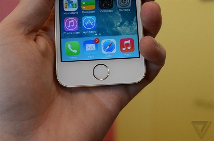Thay đổi lớn nhất trong thiết kế nằm ở phím Home với tính năng bảo mật bằng vân tay