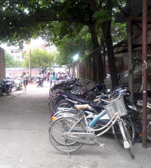 Hàng dài xe đạp xếp trong ngõ đối diện lớp luyện thi.