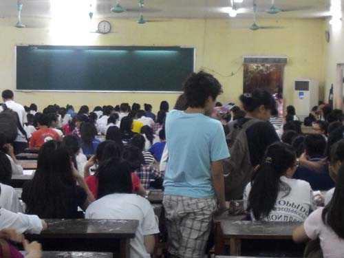Học sinh đổ vào lớp ngày một đông, những dãy bàn đầu nhanh chóng kín chỗ.