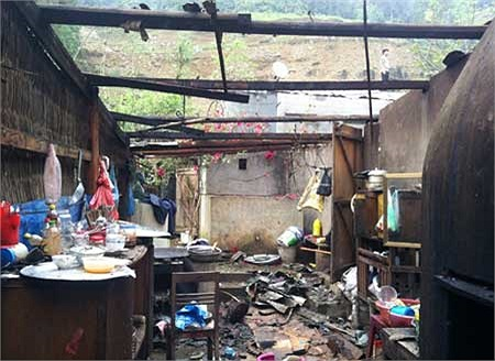 Nhiều nhà lợp bằng mái tôn còn bị đổ sập, đồ đạc vỡ tan. (Ảnh VNE)