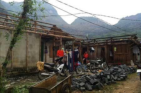 Có nhà bị lốc bay cả mái. Huyện Mường Khương đang tập trung lực lượng xuống các xã để thống kê thiệt hại, giúp người dân khắc phục hậu quả. (Ảnh VNE)