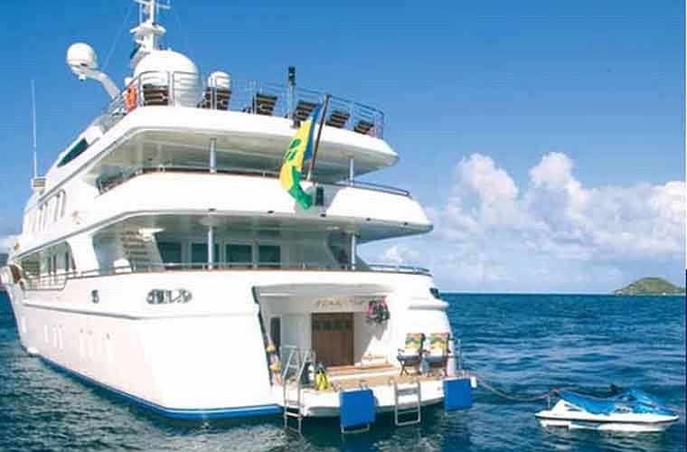 Du khách có thể chơi nhiều trò trên du thuyền như lặn hoặc lướt sóng.