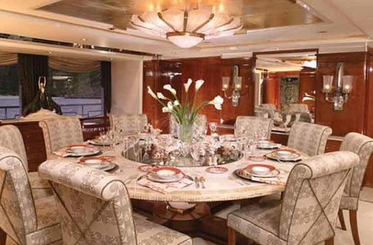Phòng ăn chính trên du thuyền.