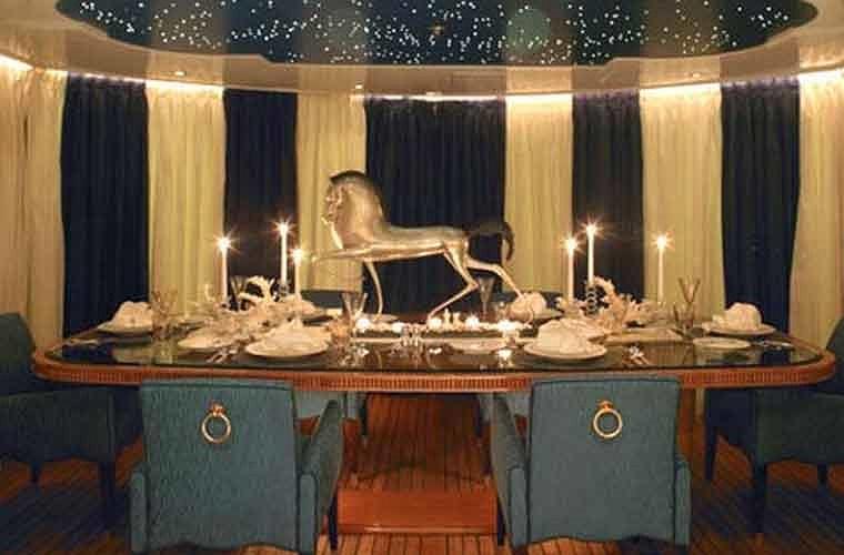 Một phòng ăn sang trọng.