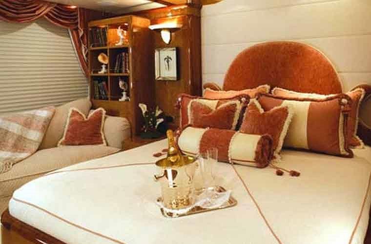 Khoang VIP có một giường ngủ kiểu vua chúa.