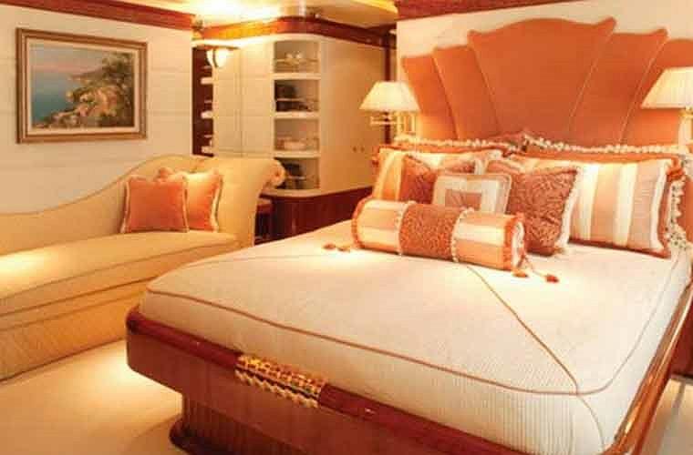 Phòng ngủ dành cho khách sang trọng khác.