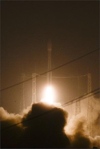Giây phút tên lửa khai hỏa rời bệ phóng đưa vệ tinh vão quỹ đạo