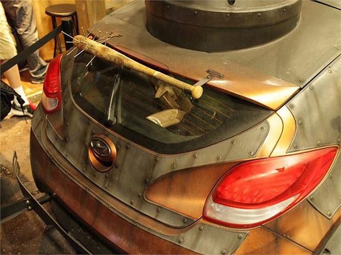 Đèn pha, đèn hậu và cửa sổ xe được bảo vệ bằng sắt tấm và lưới sắt. Ba-đờ-sốc trước gắn 2 chiếc cưa máy, lưới tản nhiệt là những lưỡi cưa sắc nhọn.