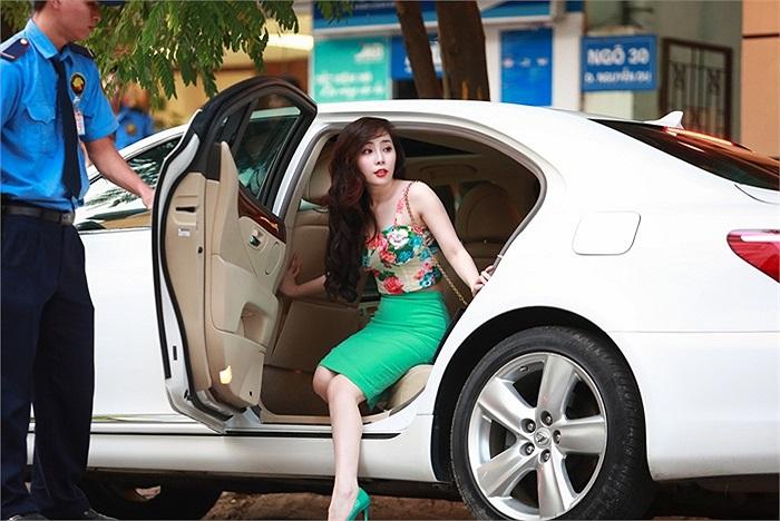 Cuối tuần qua, Quỳnh Nga đã tự lái chiếc xe mới tậu đi cà phê và mua sắm cùng bạn bè.
