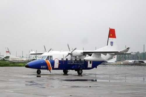 Máy bay Casa - 212 - 400 hạ cánh xuống sân bay Gia Lâm.
