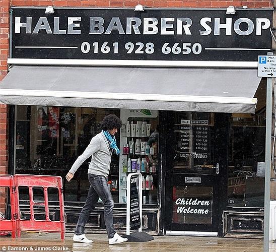 Trở về Anh, Fellaini bị bắt gặp đang lang thang tìm chỗ cắt tóc