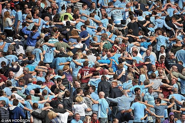 Có nhiều so sánh cho rằng các Fan MU không nhiệt tình và thiếu bản sắc nếu đặt cạnh CĐV Man City