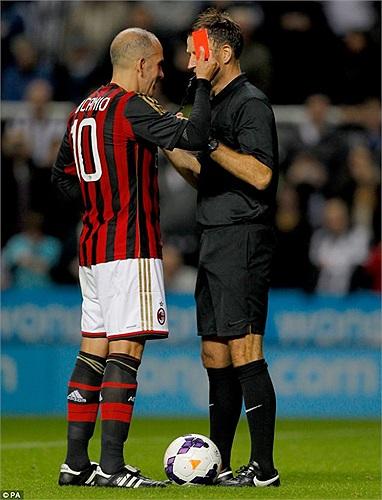 Paolo Di Canio đùa vui, rút thẻ đỏ truất quyền điều khiển của trọng tài Mark Clattenburg. Trong quá khứ, tiền vệ này nổi tiếng bởi hàng loạt pha va chạm với các trọng tài