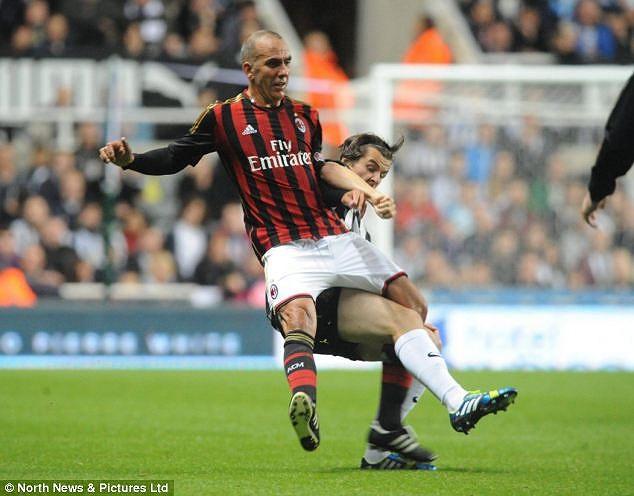 Hiện Di Canio đang là HLV trưởng Sunderland. Đội bóng thi đấu không tốt trong giai đoạn đầu mùa giải và đang ngụp lặn ở nửa cuối bảng xếp hạng