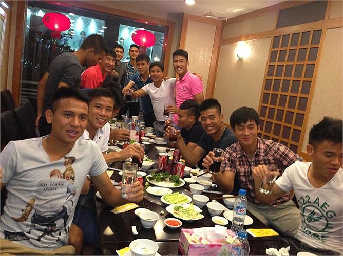 Các cầu thủ Việt Nam đã có một buổi tiệc nhẹ trước khi lên đường sang Hungary tập huấn.