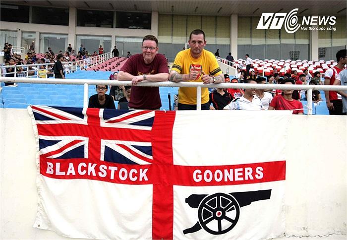 Đã quá quen thuộc với những buổi tập của đội nhà, nên số lượng 200 CĐV Arsenal lặn lội từ Anh sang Việt Nam hôm qua đến Mỹ Đình rất hạn chế. Tuy nhiên, số lượng ấy vẫn kịp căng hình ảnh Pháo thần công ra Mỹ Đình.