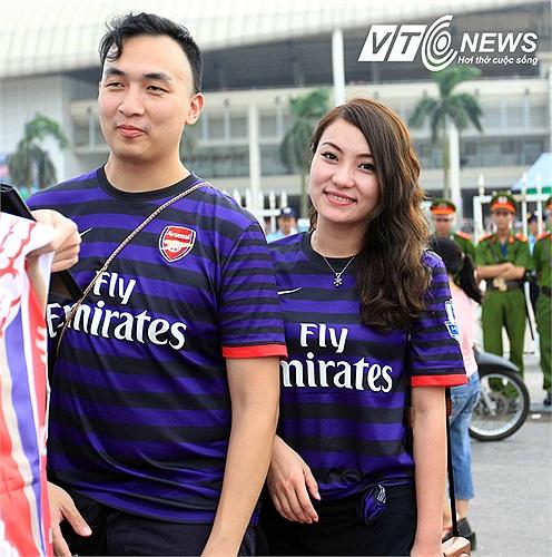 Các fan của Pháo thủ tại Việt Nam xếp hàng vào sân.