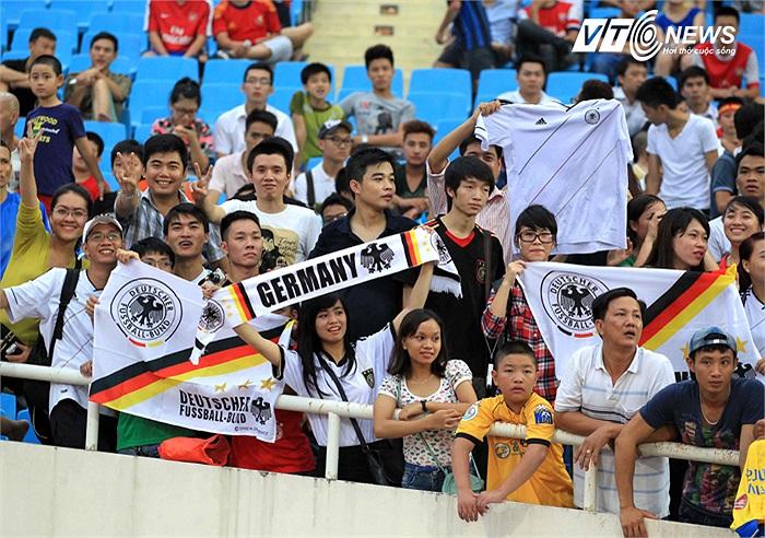 Một nhóm fan hâm mộ các cầu thủ người Đức trong đội hình của Pháo thủ.