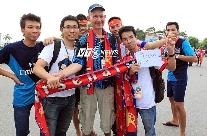 Marinns - Một CĐV Arsenal người Thái gốc Anh lặn lội từ Bangkok sang Việt Nam bán băng rôn.