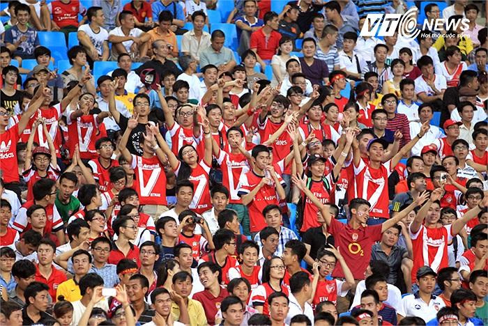 Cuồng nhiệt khi các Pháo thủ xuất hiện trên sân.