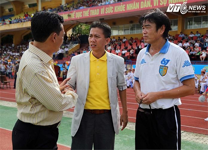 HLV Phan Thanh Hùng và người đồng nghiệp Hoàng Anh Tuấn của V.Hải Phòng. (Ảnh: Quang Minh)