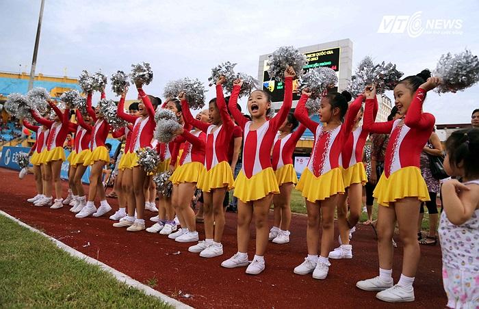 Hà Nội T&T có một lễ mừng công ngắn gọn nhưng cũng đầy sôi động, ý nghĩa. (Ảnh: Quang Minh)