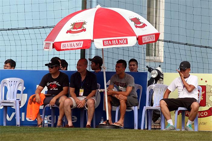 Tất nhiên, tiền vệ đội trưởng của V.Ninh Bình tới sân phủi chỉ để thăm hỏi các đồng đội, bạn bè và theo dõi các trận đấu tại đây chứ không phải tới 'đầu quân' cho một đội bóng nào.