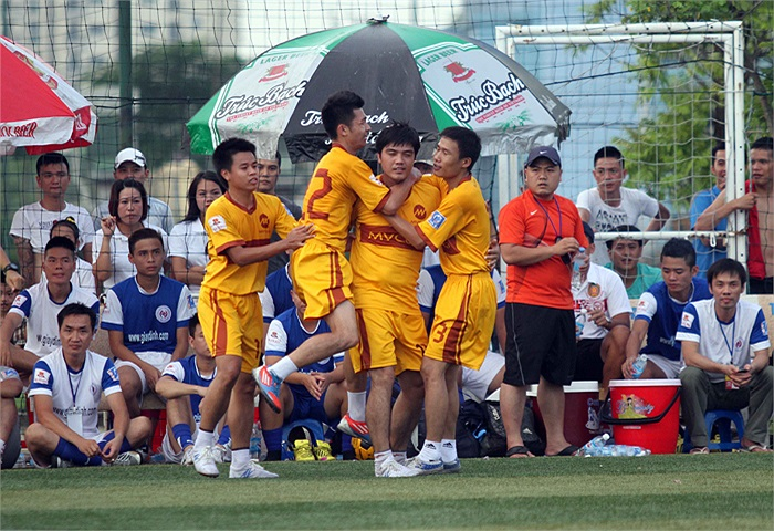 Niềm vui của các cầu thủ MV khi đánh bại Thăng Long FC 4-1.