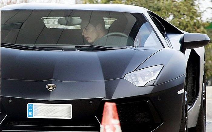 'Siêu bò' Aventador có hai chỗ ngồi, hai cửa cánh.