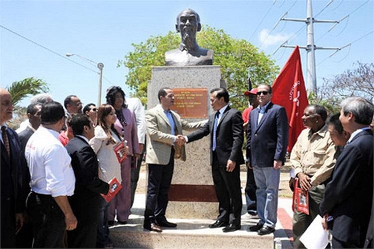 Gần đây nhất, ngày 13/9/2012, Lễ khánh thành Quảng trường và Tượng đài Chủ tịch Hồ Chí Minh đã diễn ra tại Thủ đô Santo Dominigo, Cộng hòa Dominica. Trong tương lai, chắc chắn sẽ còn nhiều tượng đài của Người tiếp tục dựng lên tại nhiều quốc gia khác
