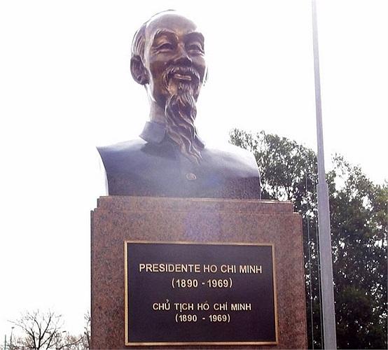 Vào ngày 30/8, tượng đài Chủ tịch Hồ Chí Minh đã được khánh thành ở thủ đô Buenos Aires (Argentina) trong một buổi lễ trọng thể.