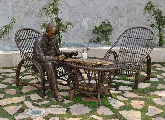 """Ngày 16/01/2009, chính quền thành phố Mexico đã khánh thành công viên """"Tự do cho các dân tộc"""" và tượng đài chủ tịch Hồ Chí Minh.  Đây là bức tượng Người bên bộ bàn ghế mây giản dị, đằng sau phía trên là dòng chữ vàng """"Không có gì quý hơn độc lập tự"""