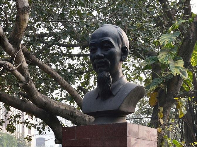 Ở Ấn Độ, Tượng đài Hồ Chí Minh được đặt tại giao điểm đường Hồ Chí Minh và đường Nêru thành phố Cancutta.