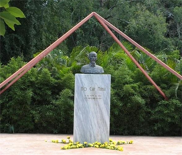 Tượng đài bằng đồng của Chủ tịch Hồ Chí Minh được xây dựng nổi bật giữa Công viên Hòa Bình cạnh Đại lộ 26, một trong những công viên đẹp nhất ở trung tâm Thủ đô La Havana. Công trình do kiến trúc sư Joel Diaz, Phó Chủ tịch Hội Hữu nghị Cuba Việt Nam