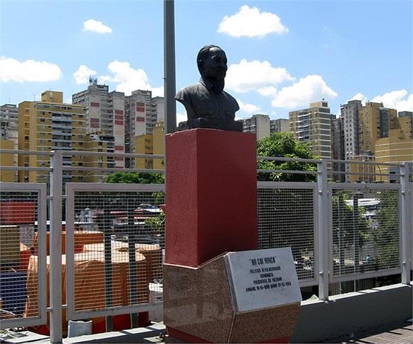 Ở Caracas (Venezuela) tượng bán thân của Bác Hồ được đặt trang trọng trên bệ đá cao 2 mét cùng một cột cờ có lá cờ đỏ sao vàng bay phấp phới trên đại lộ Simon Bolivar - một đại lộ lớn nhất nhì của thủ đô Caracas.