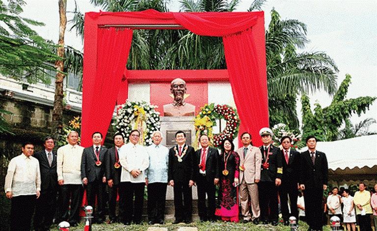 Tháng 10/2011 lễ khánh thành Tượng Chủ tịch Hồ Chí Minh đã diễn ra tại Công viên ASEAN trong khu phố cổ Intramuros - thủ đô Manila.