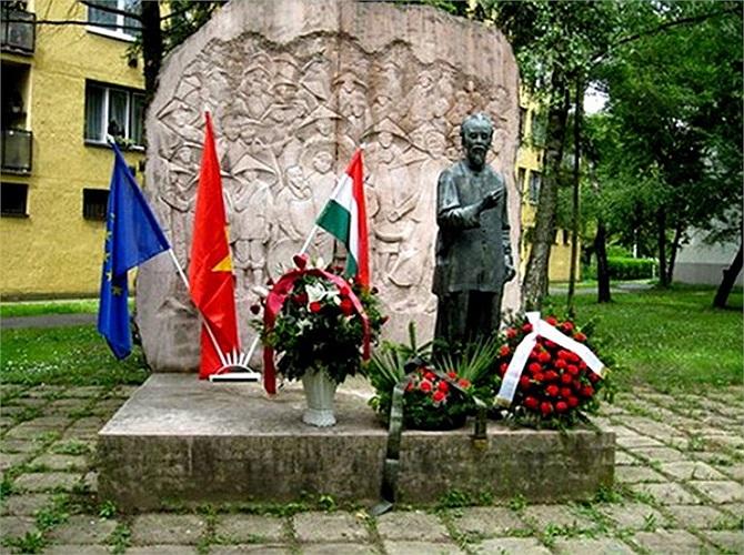 Tại Hungary, đài tưởng niệm Chủ tịch Hồ Chí Minh (có từ năm 1976) được dựng tại công viên thành phố Zalaegerszey, cách thủ đô Budapest khoảng 220 km.