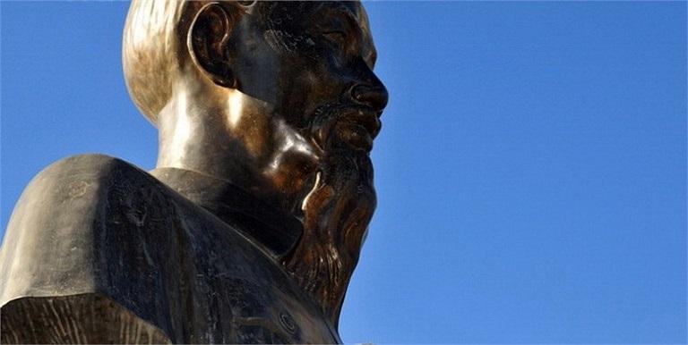 Bức tượng Hồ Chủ tịch ở trung tâm thủ đô Antananarivo của đất nước châu Phi Madagascar làm bằng đồng đặt trên bệ đá hoa cương, với tổng chiều cao 3,4m. Bên dưới có tấm biển đồng khắc câu nói nổi tiếng của Hồ Chủ tịch: 'Không có gì quý hơn độc lập tự