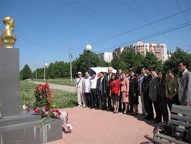 Tại thành phố Ulyanovsk trên quê hương Lenin, Tượng đài Hồ Chí Minh được đặt trên đại lộ mang tên Người.