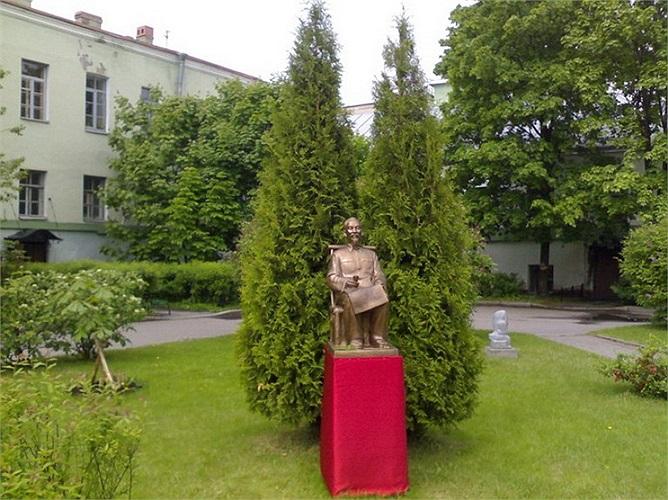 Tháng 5/2010, một bức tượng Chủ tịch Hồ Chí Minh được khánh thành trong khuôn viên khoa ngữ văn Trường đại học Tổng hợp Saint Petersburg.