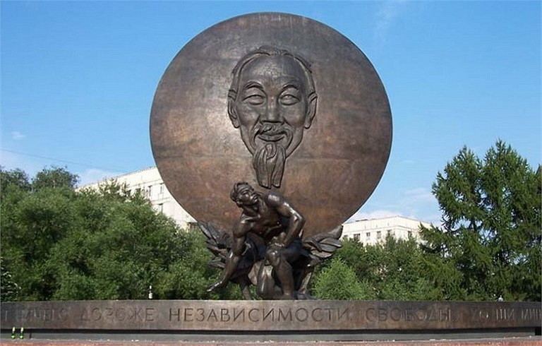 """Quảng trường và Tượng đài Hồ Chí Minh ở thủ đô Moscow của Nga nằm ở nơi giao nhau giữa phố Dmitri Ulianov (anh trai nhà cách mạng V. I. Lenin) và phố """"Sáu mươi năm Cách mạng Tháng Mười"""". Đây là tác phẩm của Vladimir Efimovich Tsigal, nghệ sĩ nhân dân"""