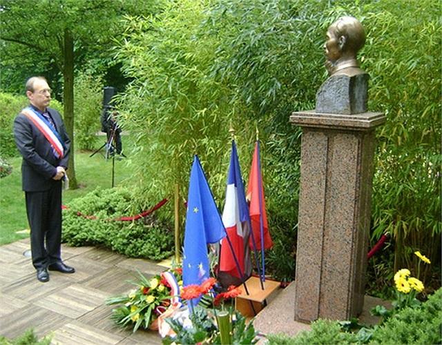 Tại Pháp, ngày 19/5/2005, chính quyền thành phố Montreuil đã dựng tượng bán thân Chủ tịch Hồ Chí Minh trong 'Không gian Hồ Chí Minh' tại Bảo tàng Lịch sử của thành phố.