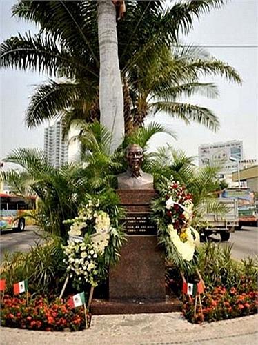 Tượng đài Chủ tịch Hồ Chí Minh tại thành phố Acapulco, thuộc bang Guerrereo (miền Nam Mexico) được đặt đối diện tượng đài người anh hùng dân tộc vĩ đại của châu Mỹ Latin Simon Bolivar, tại đại lộ Miguel Aleman, đại lộ chính và lớn nhất thành phố Acap