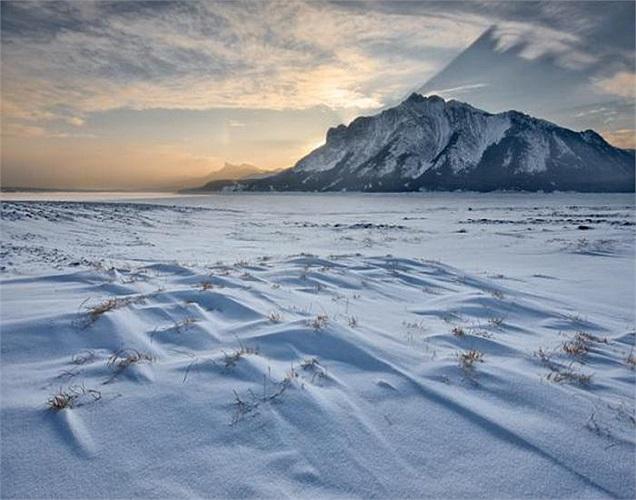 Để chứng minh khí gas không mùi, không vị thoát ra từ đáy hồ đóng băng là mê tan, các nhà sinh thái học đến từ Đại học Alaska Fairbanks đã tiến hành thí nghiệm khá mạo hiểm.