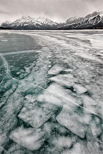 Họ đổ nước ấm lên mặt hồ đóng băng, sau đó, dùng dụng cụ đào để tạo một cái hố trước khi lắp đặt một thiết bị tạo lửa trên hố.