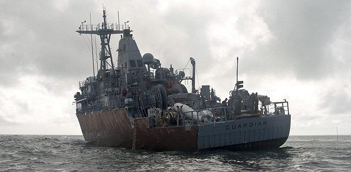 Lực lượng cứu hộ tàu sử dụng một xà lan với cần cầu lớn
