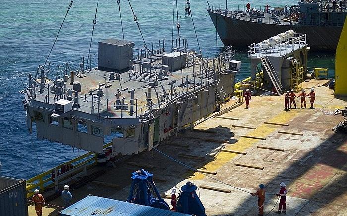 Trước tiên, lực lượng cứu hộ dỡ bỏ vật liệu phần thân tàu