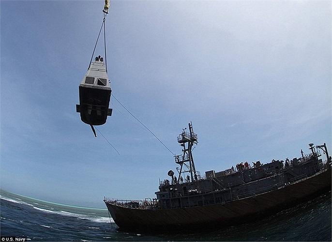 Phần động cơ phụ của tàu nặng 200 tấn được gỡ bỏ vào chiều 27/3
