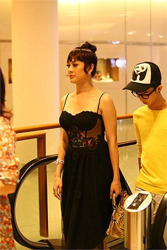 Hình ảnh mới nhất của Lâm Chi Khanh: Diện váy xuyên thấu đi ăn nhà hàng. (Tổng hợp: Diễm Hà)