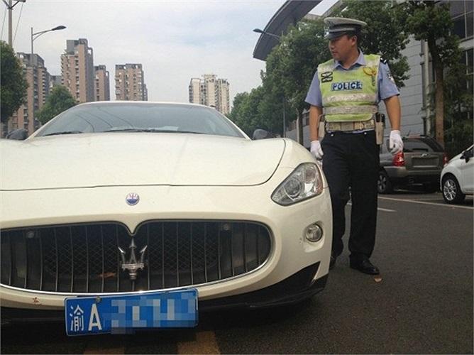 Cô gái cao 1m7, mặc áo thun, quần short kẻ trắng lái siêu xe Maserati GranTurismo có giá 2 triệu nhân dân tệ (gần 7 tỷ đồng)
